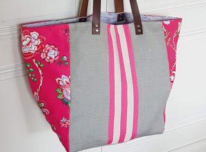 Cabas XL rose à fleurs et gris rayé vue de face. Bleu Souris
